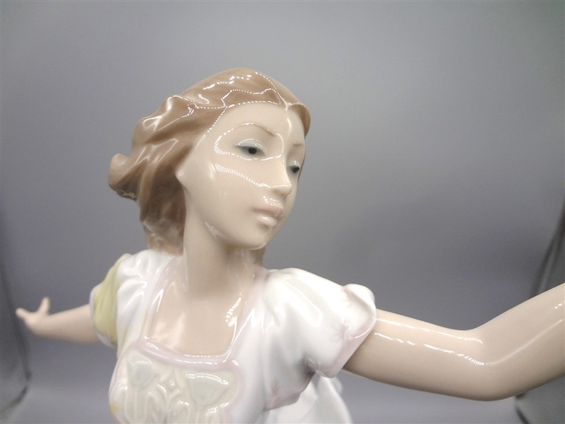 Lladro 1999 #6649 Woman With Flowers No Box